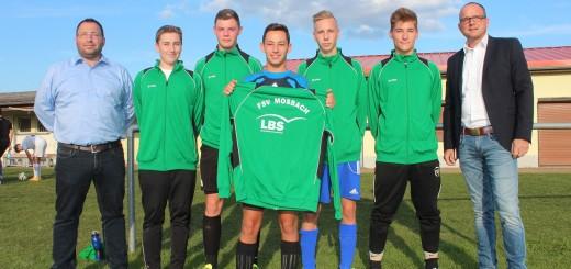 Die A Junioren des FSV Mosbach freuen sich mit Sponsor Jörg Möller (rechts) LBS Hessen-Thüringen über die neuen Trainingsanzüge.
